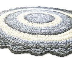 שטיחים סרוגים לעיצוב חדרי ילדים, שטיח עגול סרוג בטריקו, שטיחים סרוגים בחוטי טריקו, שטיח סרוג בגווני תכלת אפור ושמנת, שטיח לחדר של בן, שטיח לחדר של תינוק, שטיחים מחוטי טריקו החוטים של ריבי