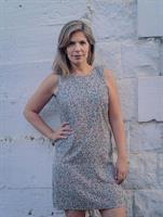 שמלה מחשוף עגול סגור באורך מעל הברך מבד ויסקוזה מנומר בהיר