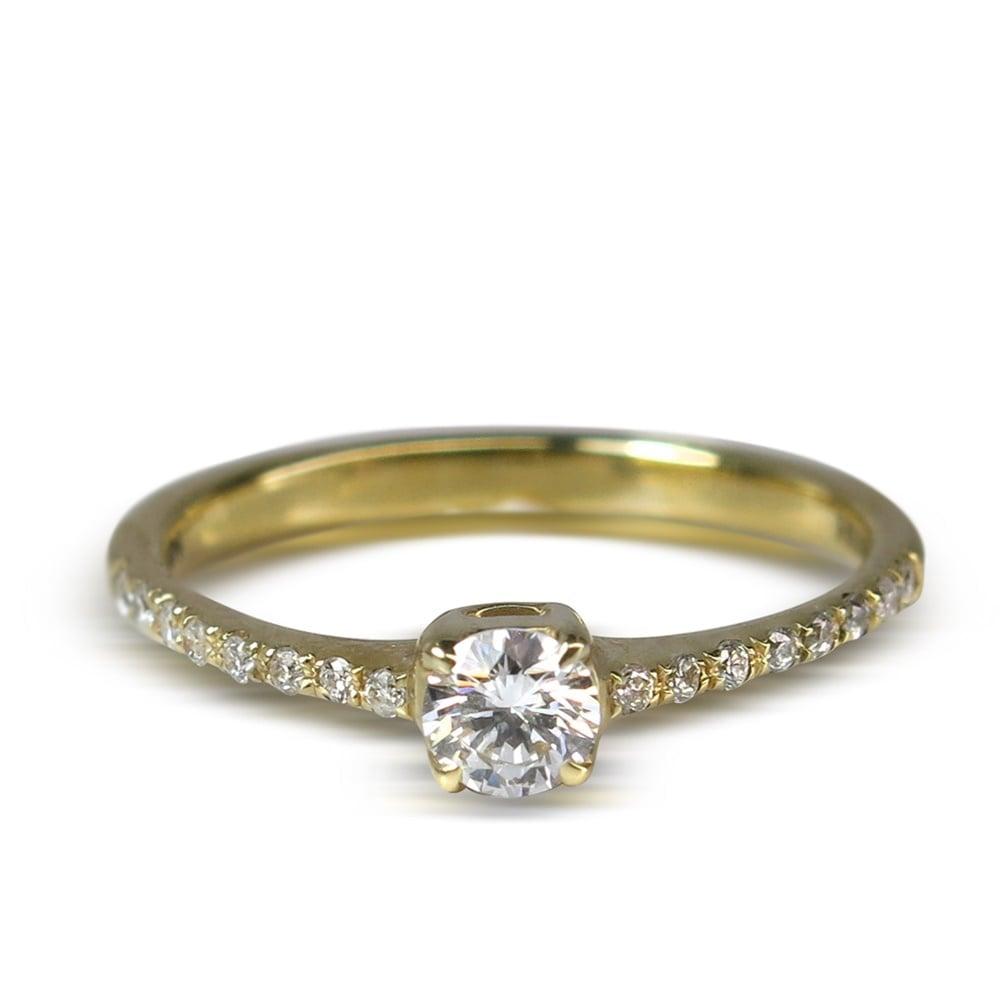 טבעת אירוסין משובצת יהלומים בזהב 14 קראט