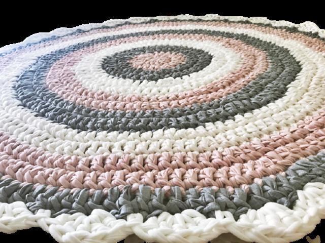 שטיח סרוגלחדר של ילדה בשילוב גוונים נורדיים מעושנים של ורוד, שמנת , אפור