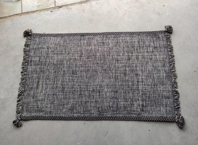 שטיח ארוג עם סיומת פרנזים - שחור בשילוב אבן