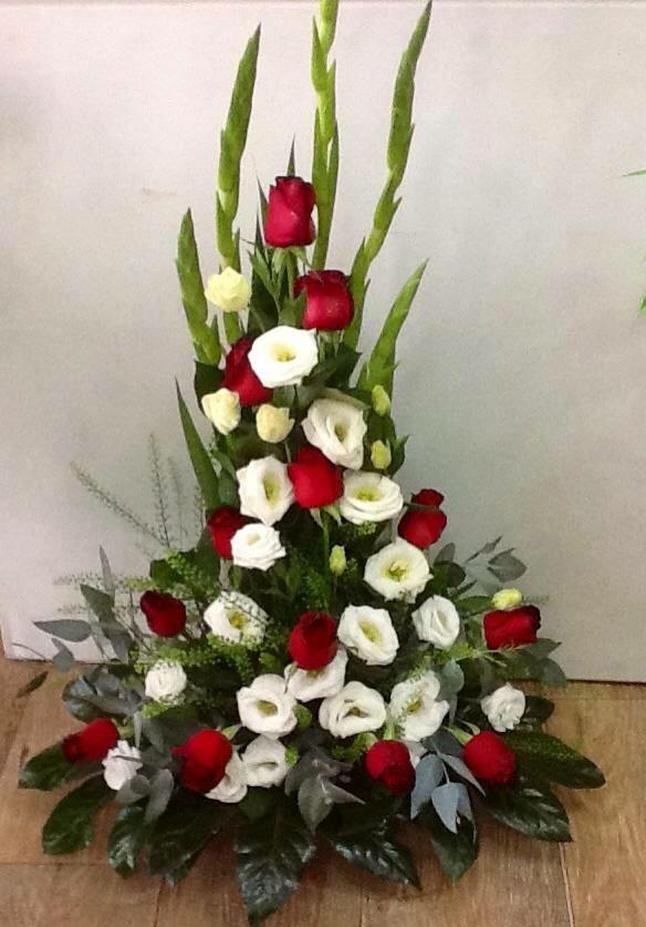 סידור ורדים בשילוב ליזיאנטוס וסייפנים מקט 011