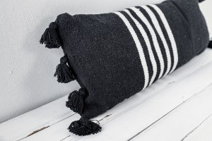 כרית שחור לבן מאורכת עם גדילים גדולים
