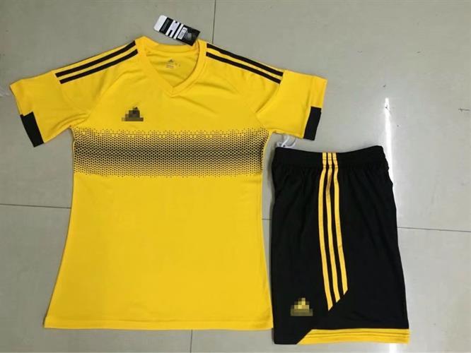 חליפת אדידס צהובה עם פס שחור
