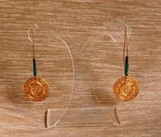 עגילי מנדלה מצופים בזהב 14k וחרוזיים רומים עתיקים בגווני כחול