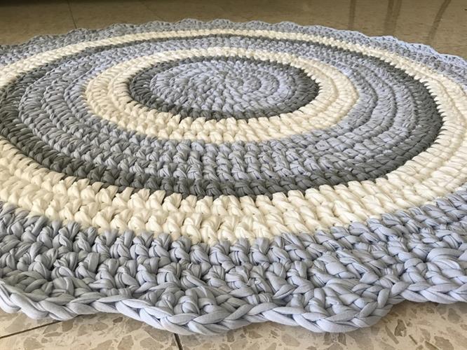 שטיחים סרוגים, שטיח סרוג עגול לחדר של ילד, שטיח סרוג בגווני תכלת, אפור ושמנת, שטיח רך וסרוג בטריקו, שטיח סרוג