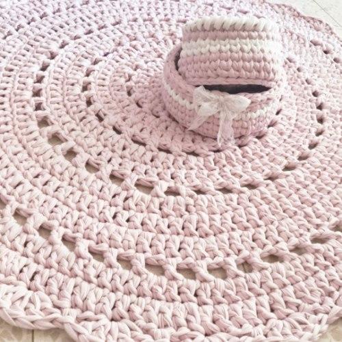 שטיח בוורוד עדין לחדר של ילדה סרוג בדוגמה כפרית סגנון  וינטאג' דגם היידי