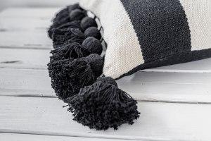 כרית שחור לבן מלבנית עם גדילים גדולים