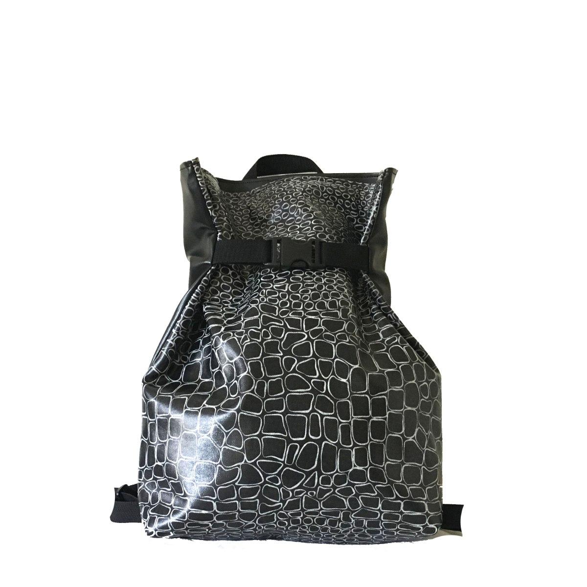 תיק גב משולש שחור סקין