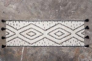 שטיח לבן צמרירי עם דוגמה וגדילים