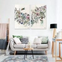 תמונה צבעונית על קיר בסלון