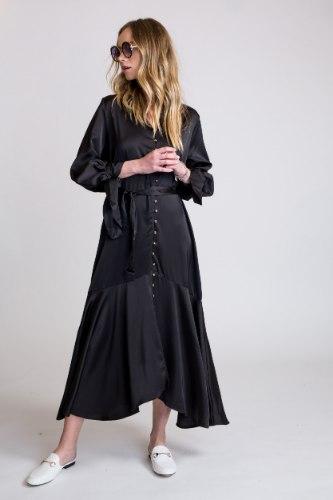 שמלת סאטן קשירה בשרוול שחור