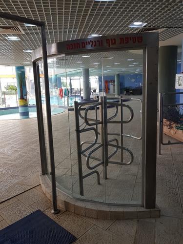 מחיצות זכוכית בכניסה לקאנטרי קלאב