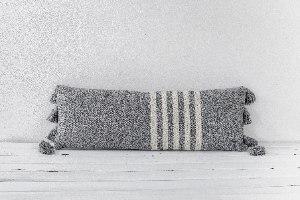 כרית אפור לבן מאורכת עם גדילים גדולים