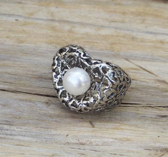 טבעת כסף תחרת לבבות משובצת פנינה