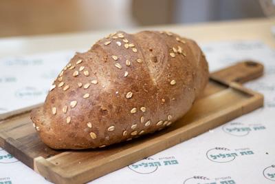 לחם מחמצת כוסמין אגוזים וחמוציות ללא סוכר, שמרים ושמן