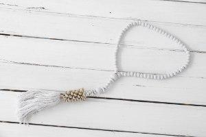 שרשרת חרוזי עץ עם סיומת צדפים - לבן