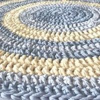 שטיחים, שטיח סרוג לחדר הילדים, שטיח סרוג בחוטי טריקו ,שטיח סרוג בצבע צהוב בהיר ואפור, שטיח רק ונעים לחדר הילדים, שטיחים לחדרי ילדים
