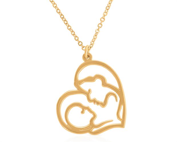 שרשרת לב אמא מביטה על תינוק מנח צידי