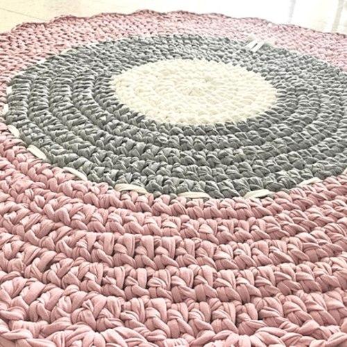 שטיח לחדר הילדים, דוגמה כפרית סגנון רטרו, בגווני ורוד מעושן ושמנת דגם רטרו