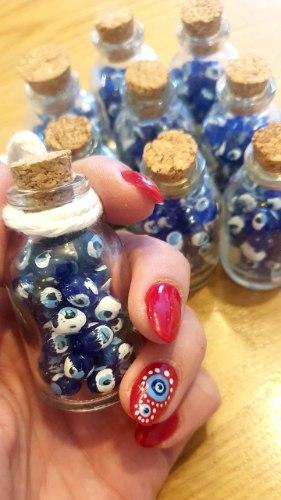 בקבוק קטן מלא עיניים
