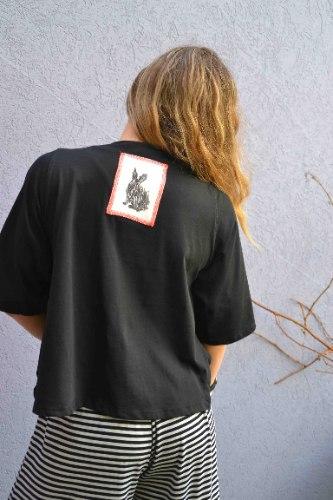 חולצה מדגם איה (שרוול קצר) בצבע שחור