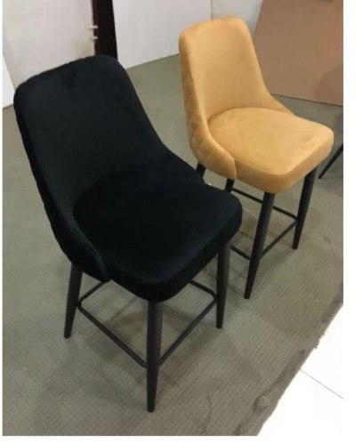 """כיסא בר מרופד בד קטיפה בצבעים שחור/חרדל (דגם מעוינים בגב הכיסא) גובה 65 ס""""מ"""