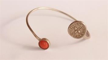 צמיד כסף עם אבן קורל ומטבע שקל קדום