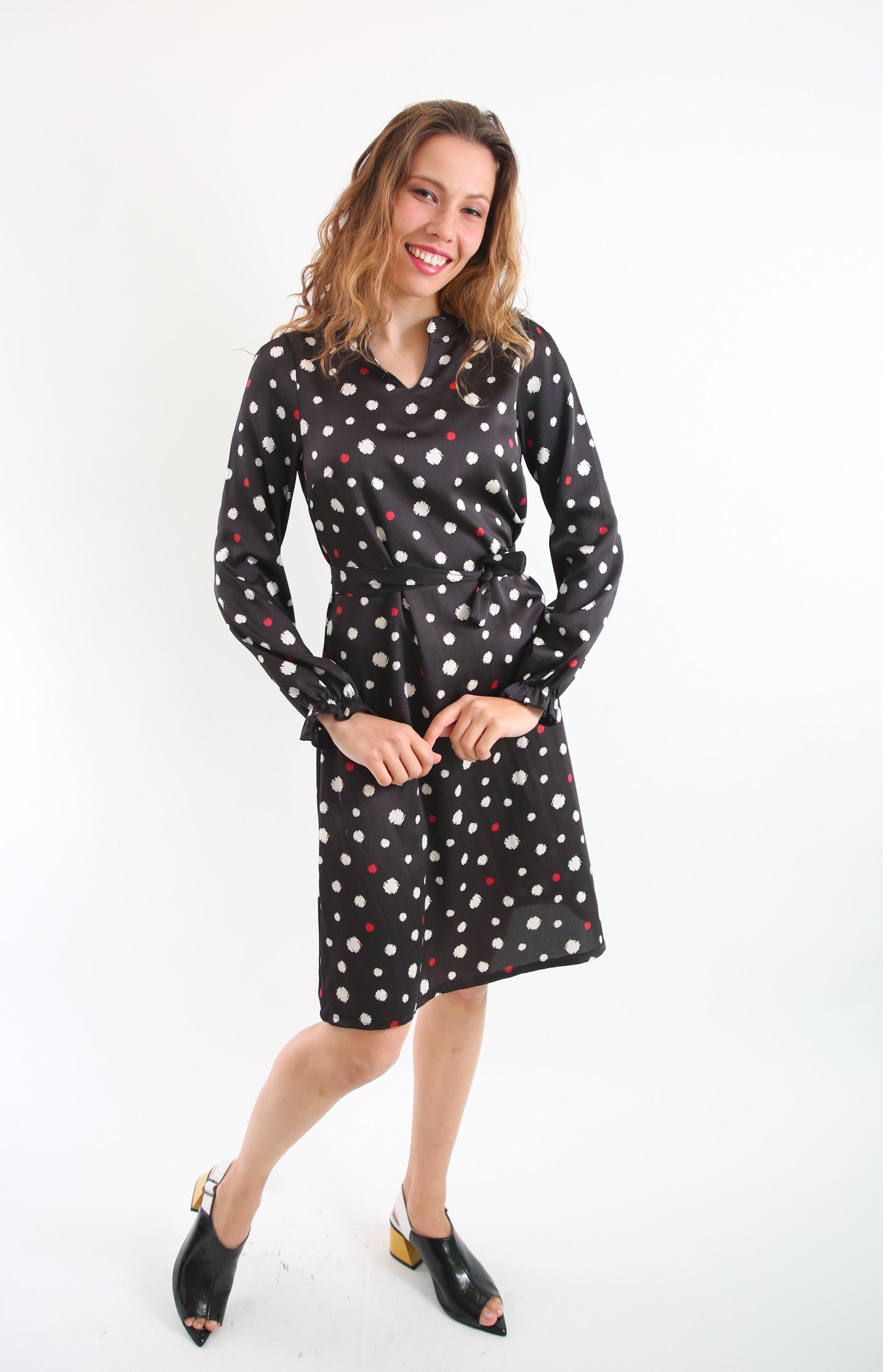 שמלת סתיו בהדפס שחור נקודות.