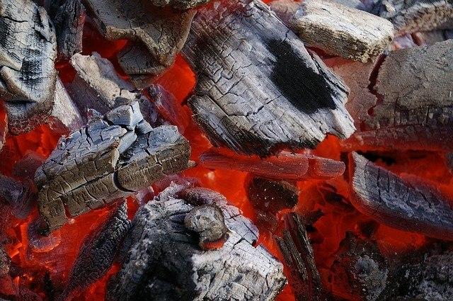 """פחם קלאסי למנגל / גריל  - שק של 10 ק""""ג"""
