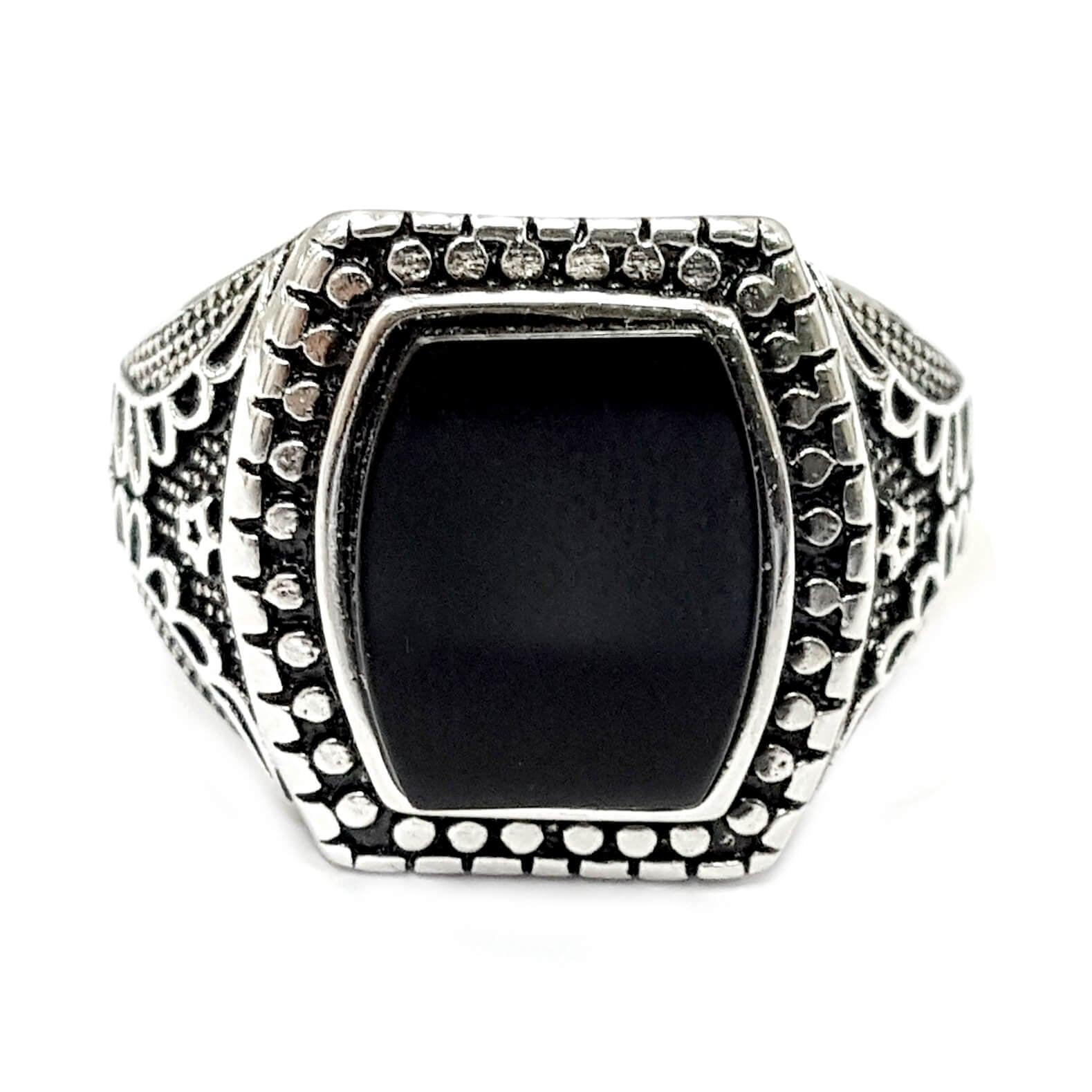 טבעת כסף לגבר משובצת אבן אוניקס שחורה ועיטורים