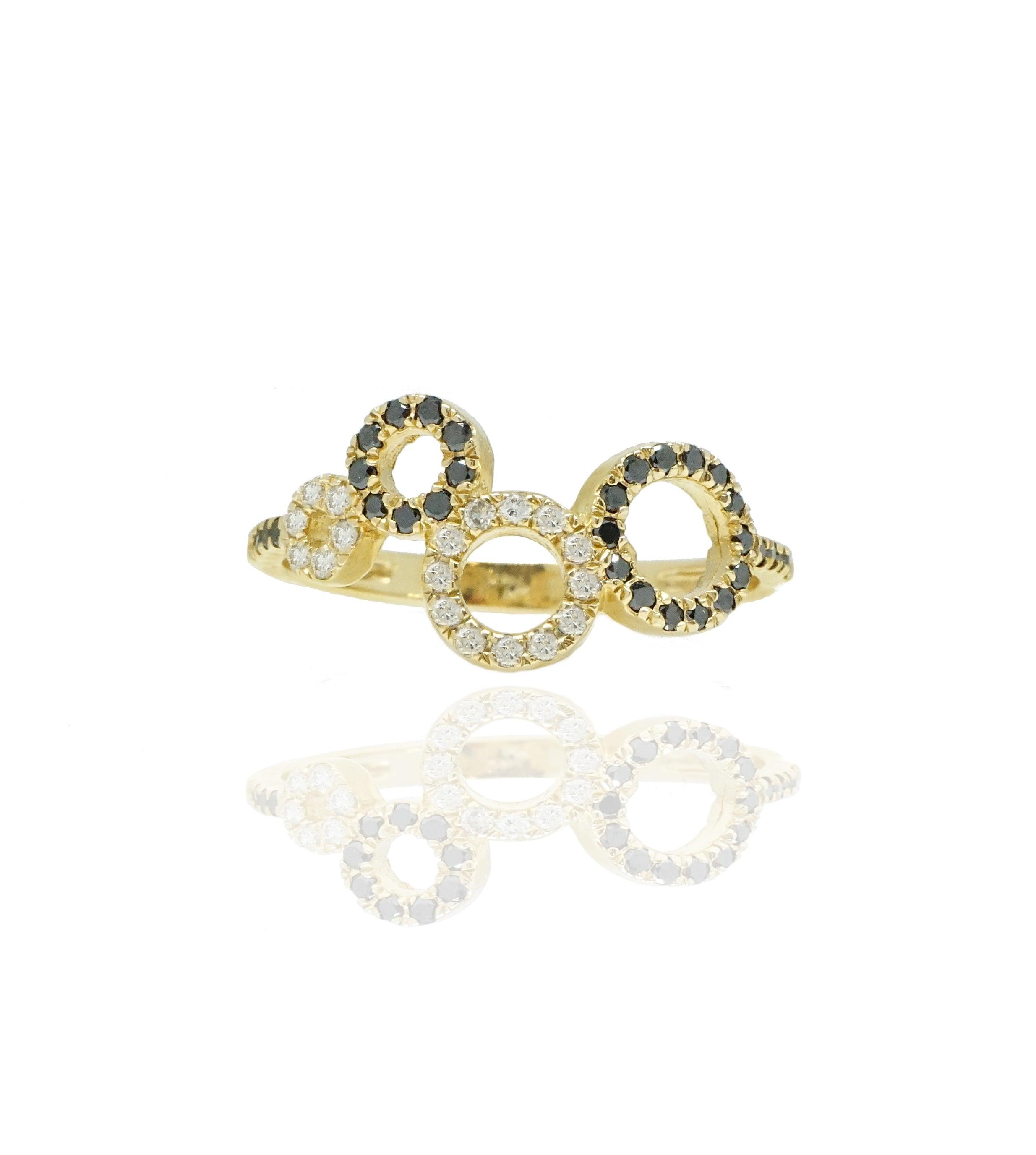 טבעת יהלומים שחורים ולבנים בסגנון עיגולים פתוחים בזהב 14 קרט