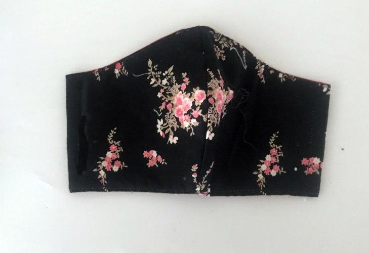 מסיכה לפנים שחורה פרחונית סגנון יפני רומנטי