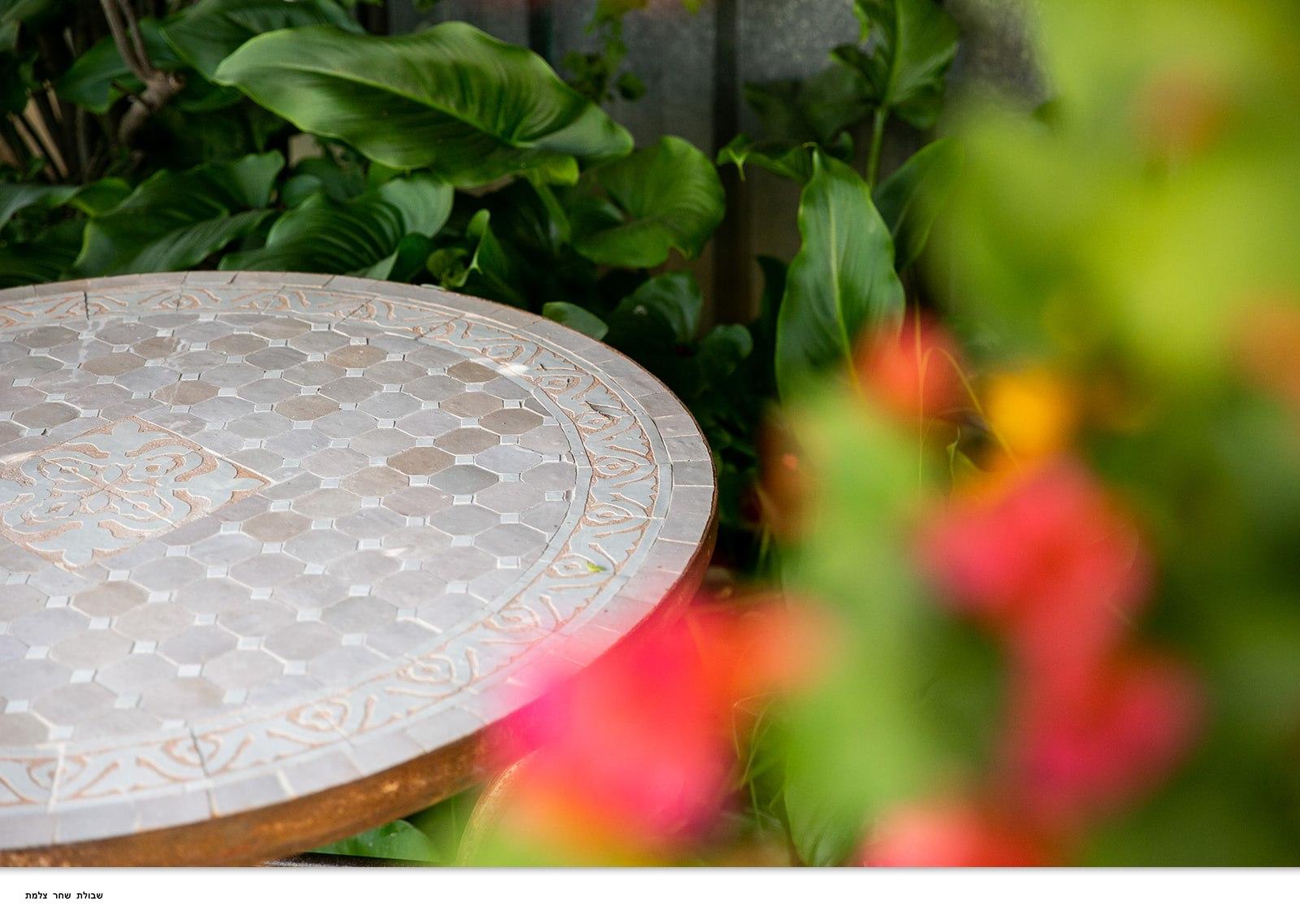 שולחן מוזאיקה לבן בז'