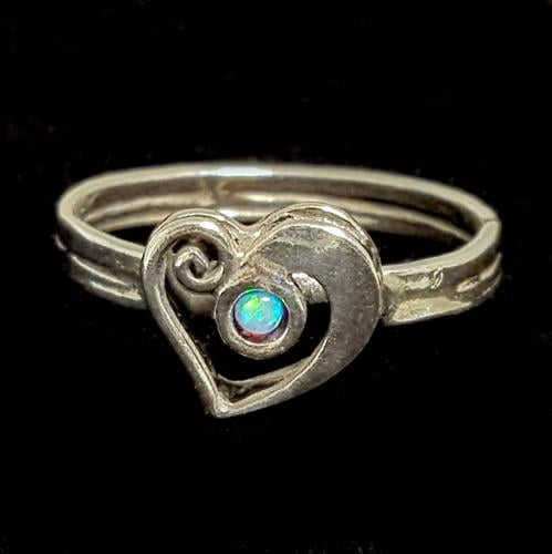 טבעת כסף לב משובצת אופאל כחול RG3320