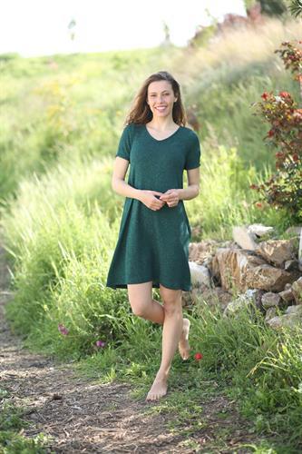 שמלת ונציה ירוקה עם שרוול קצר.