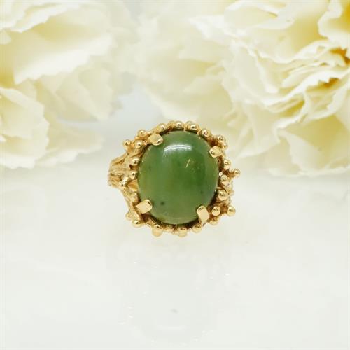 טבעת עם אבן ירוקה אגת בסגנון גזע עץ