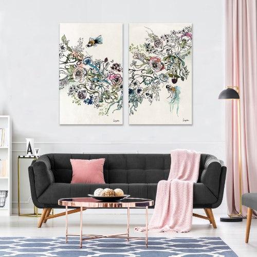 תמונה גדולה וצבעונית מעל ספה אפורה