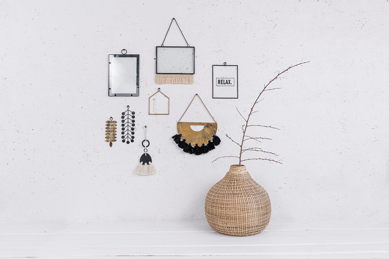קיר מעוצב עם שילוב אלמנטים וחומרים שונים