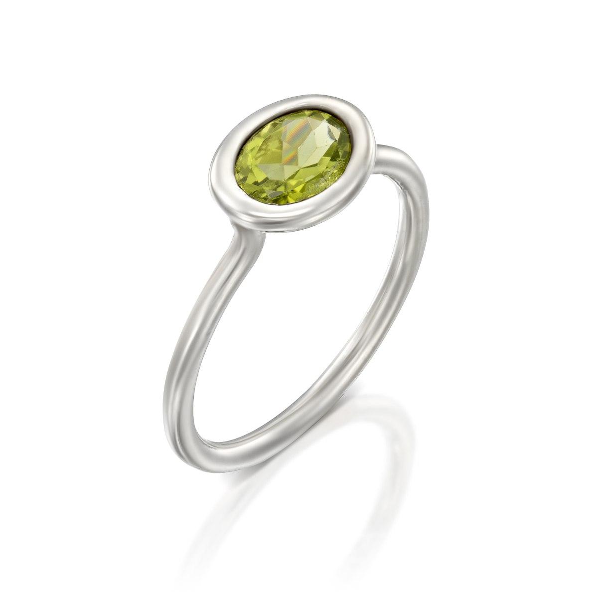 טבעת כסף 925   משובצת אבן פרידוט אובלית נועה טריפ noa tripp