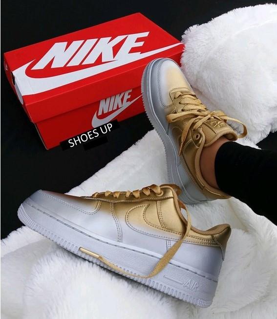 נעלי נשים נייק אייר פורס 1  07 LUX צבע כסף/זהב  דגם 898889 012