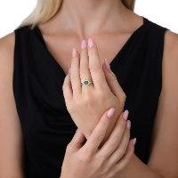 טבעת  זהב 14 קארט ומשובצת באמרלד ויהלומים. טבעת מיוחדת מאוד, עשירה ועדינה עם נוכחות כובשת ויוקרתית. נועה טריפ noa tripp