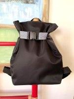 תיק גב משולש בצבע שחור חגורה לבן שחור