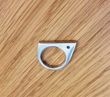 טבעת שפיץ מכסף עם זירקון שחור בצד