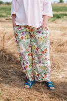 מכנסיים מדגם מיכאלה עם הדפס פרחים בוטניים על רקע בצבע אוף-וויט