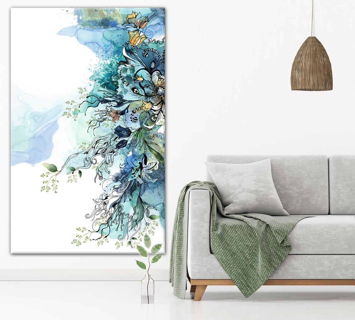 תמונה של עלים ירוקים מעל ספה אפורה
