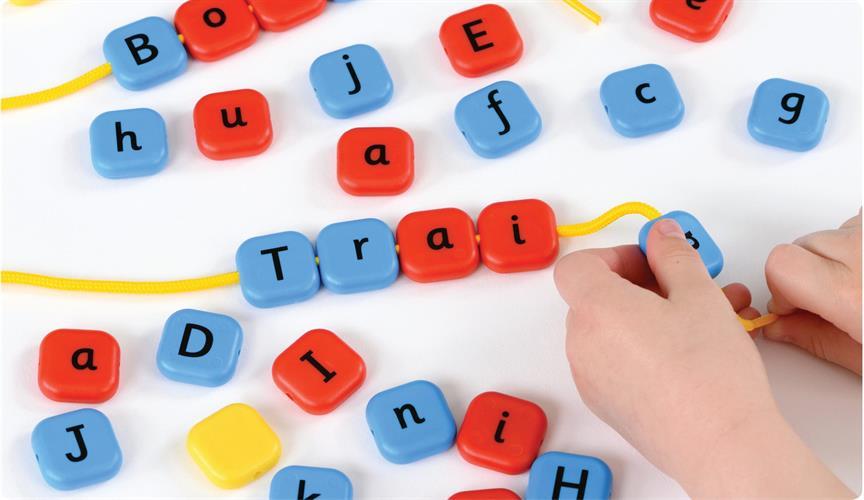 משחק משחילים אותיות באנגלית ABC Beads