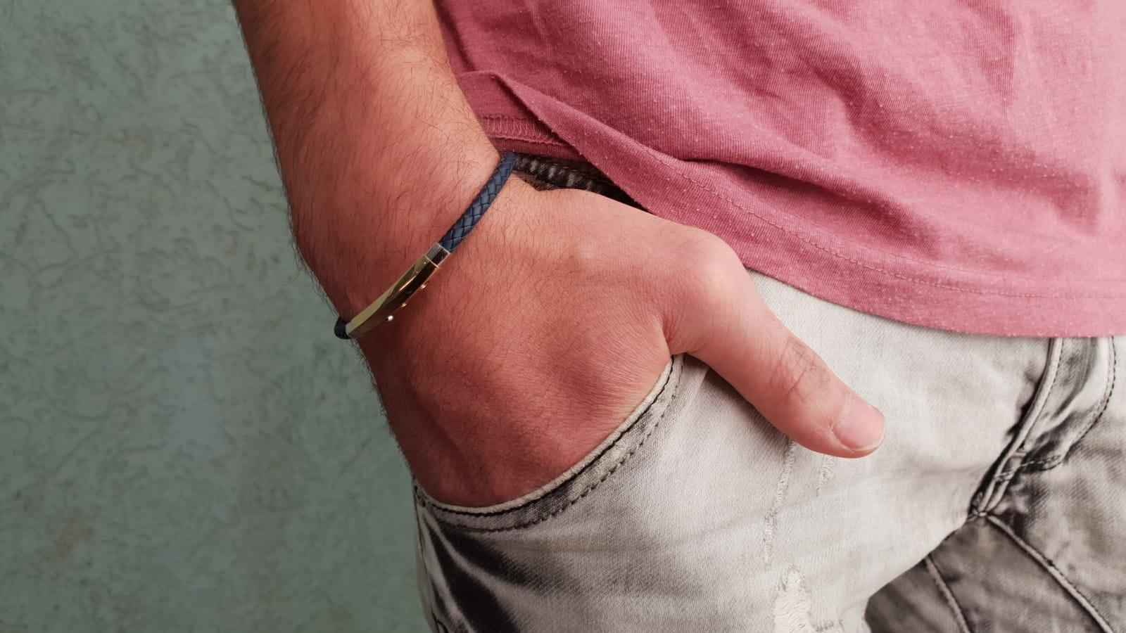 צמיד עור לגבר קלוע ומשולב זהב 14 קרט בצבע כחול