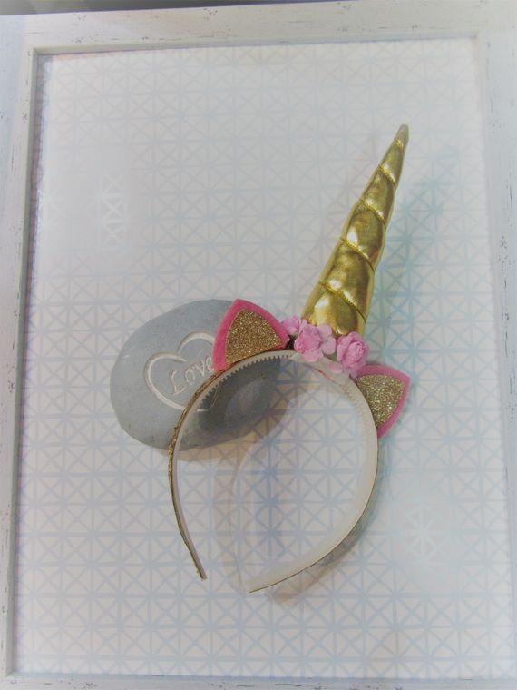קשת חד קרן זהב עם פרחים ורודים