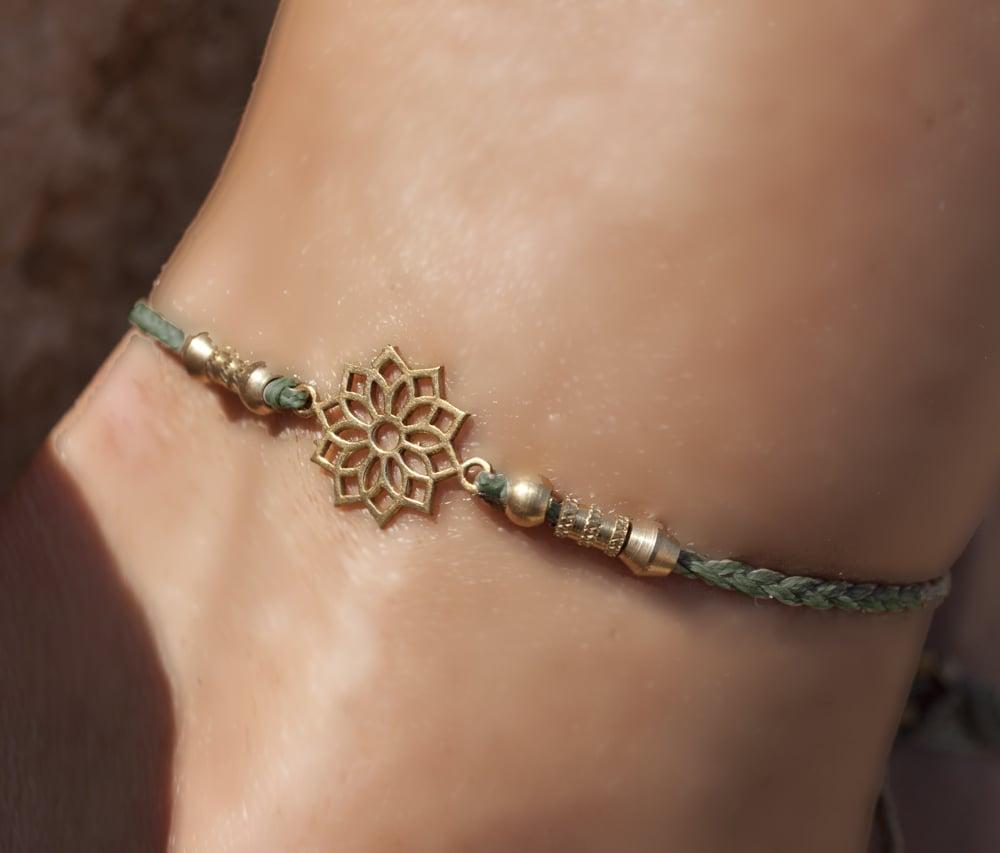 צמיד רגל עדין מקרמה  אפור לוטוס